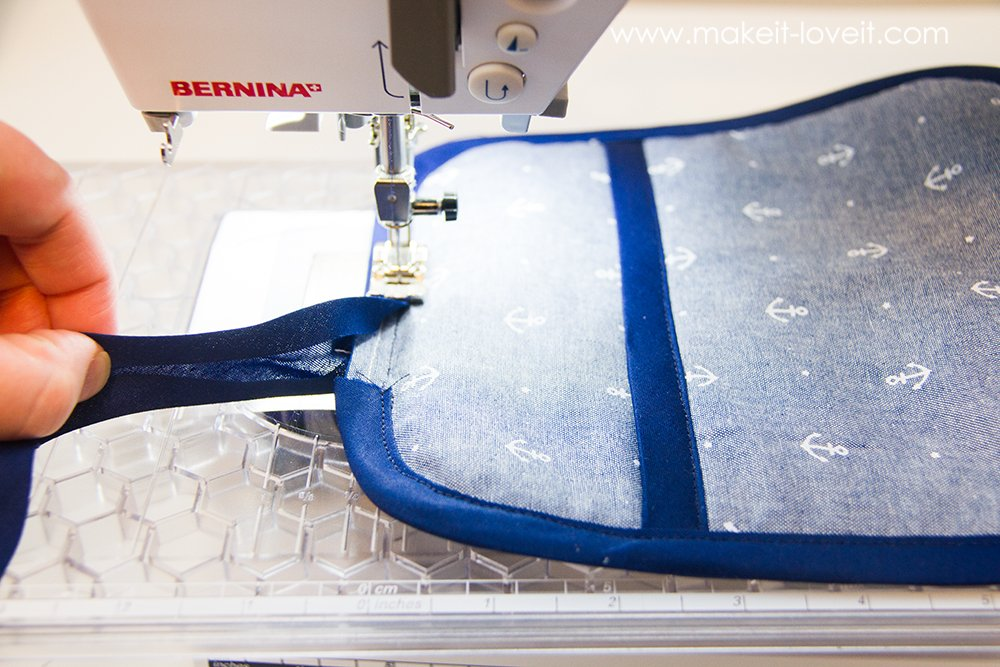Square hot pad with hand pocket tutorial (13)