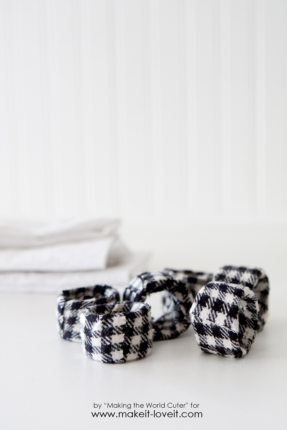 DIY napkin rings, super easy and customizable for any holiday or table decor by makingtheworldcuter.com