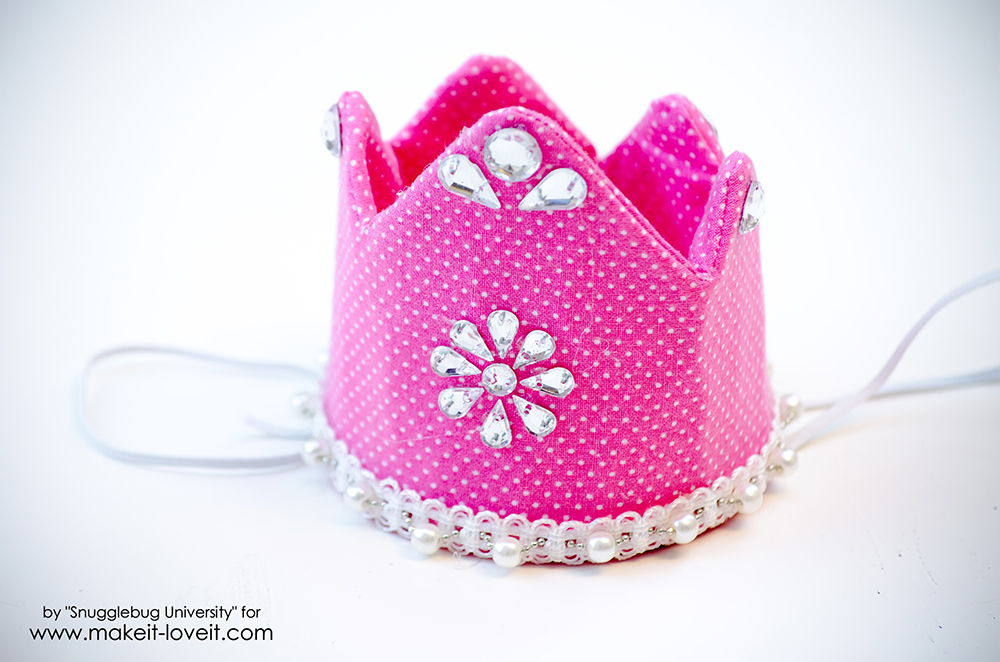 Make your own Quick and Easy Birthday Crowns | via makeit-loveit.com