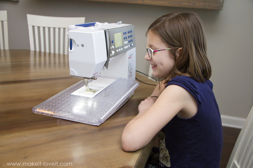 Teaching Kids to Sew: Intro to the Sewing Machine | via www.makeit-loveit.com