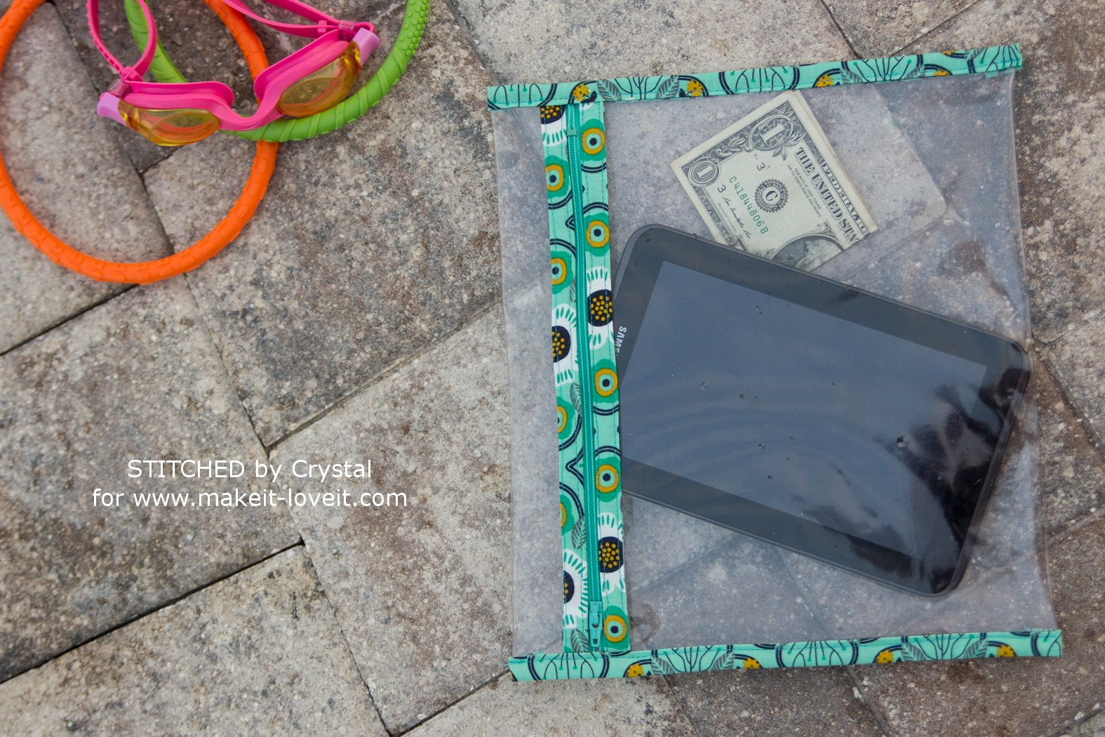 DIY Poolside Splash-Proof Pouches | via makeit-loveit.com