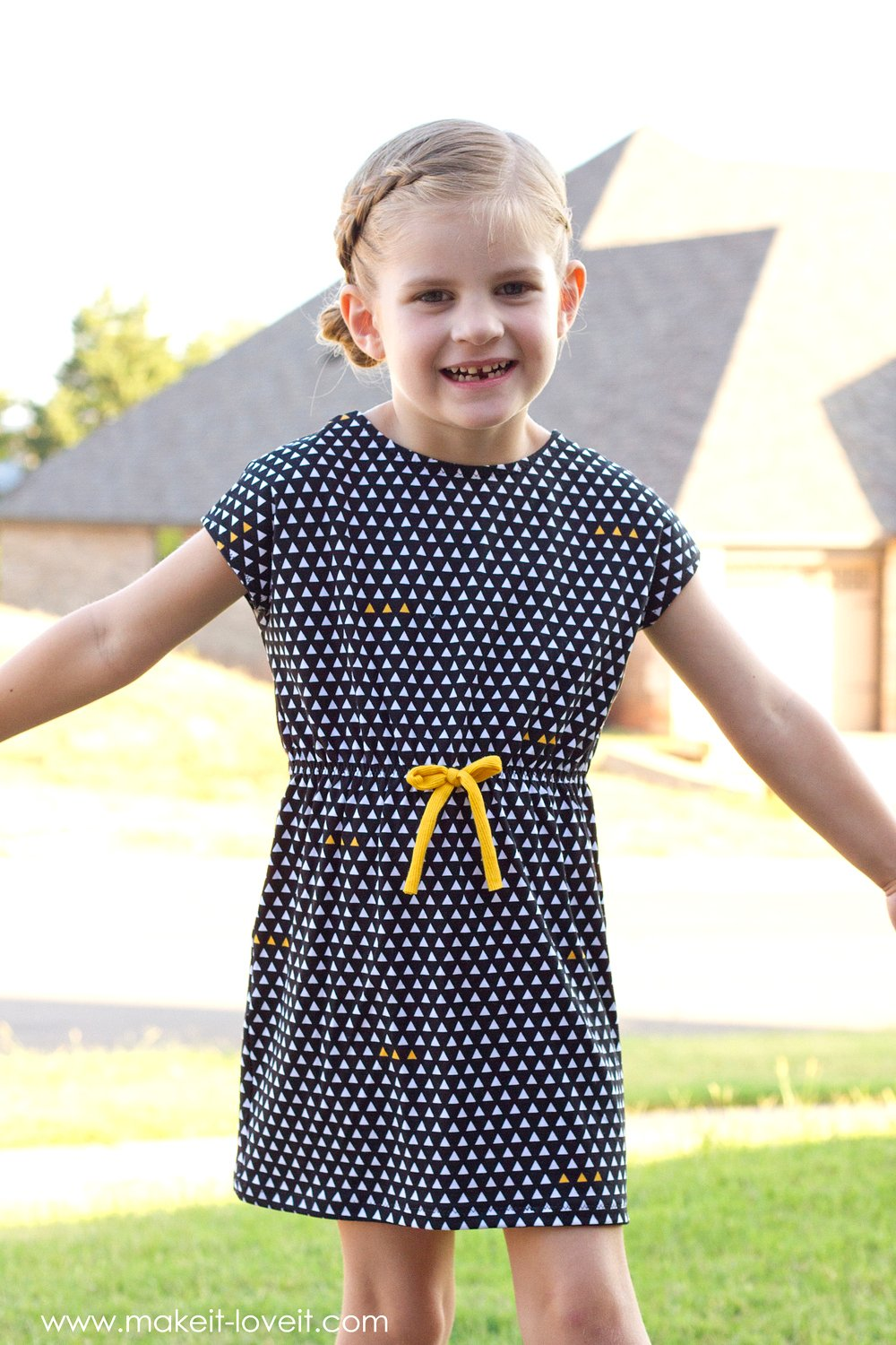 Super Easy Knit Dress...with optional Scoop Back and Bow! | via makeit-loveit.com