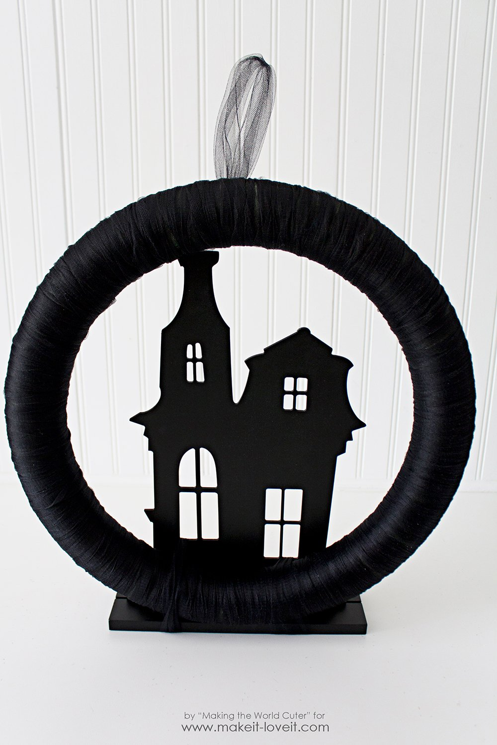 haunted-house-ghost-wreath-14